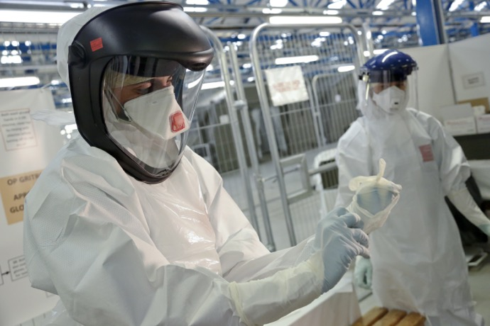 Army_trainers_teach_NHS_medics_how_to_put_on_Ebola_safety_suits_(15650293350)